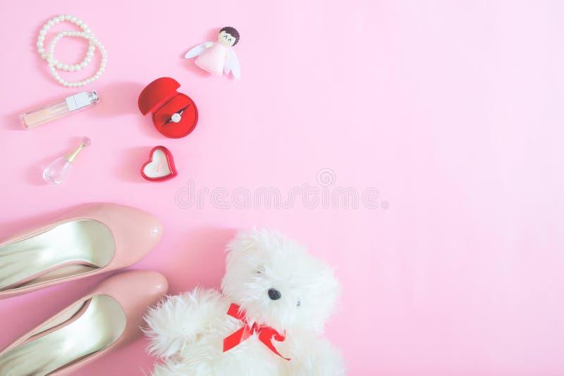 Το δημιουργικό επίπεδο βάζει των προϊόντων πρώτης ανάγκης και των εξαρτημάτων της νύφης στο ροζ στοκ εικόνες