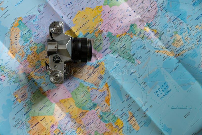 Το δημιουργικό επίπεδο βάζει των προϊόντων πρώτης ανάγκης ταξιδιού στοκ φωτογραφία