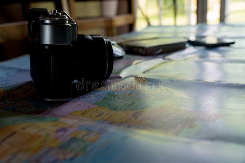 Το δημιουργικό επίπεδο βάζει των προϊόντων πρώτης ανάγκης ταξιδιού στοκ φωτογραφία με δικαίωμα ελεύθερης χρήσης