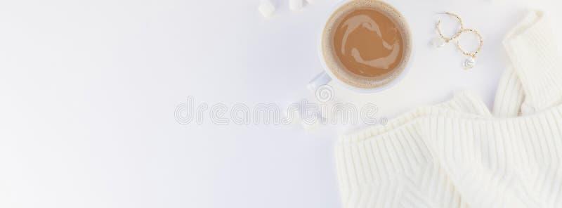Το δημιουργικό επίπεδο φθινοπώρου βάζει την υπερυψωμένη τοπ άποψης καφέ πουλόβερ φλυτζανιών άσπρη υποβάθρου χειμερινή εποχή πτώση στοκ φωτογραφία με δικαίωμα ελεύθερης χρήσης