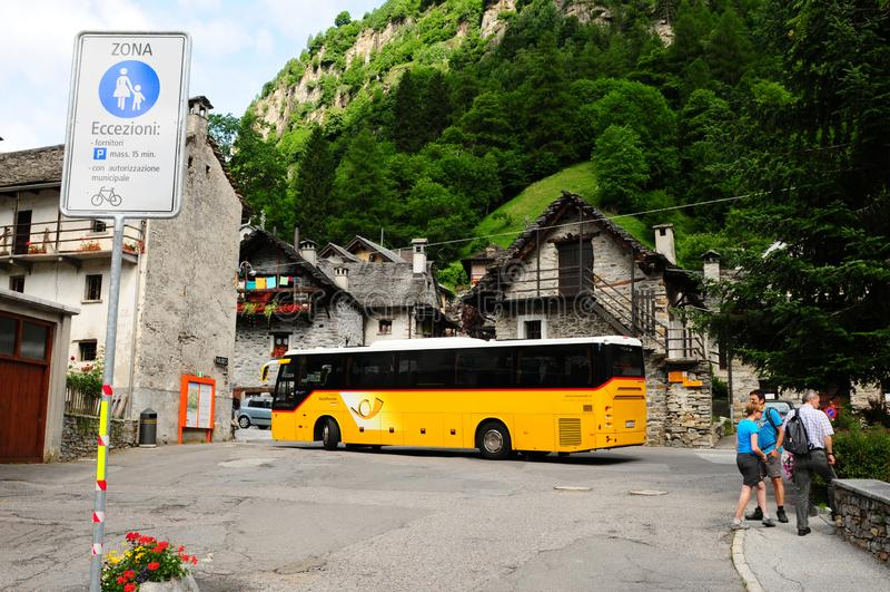 Το δημόσιο λεωφορείο σας παίρνει σε Sonogno, το τελευταίο χωριό στην κοιλάδα Verzasca στοκ φωτογραφία