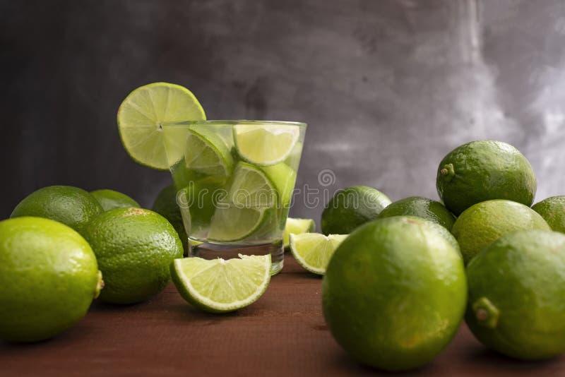 Το διάσημο βραζιλιάνο ποτό με το λεμόνι, τα σάκχαρα και το οινόπνευμα στοκ εικόνες
