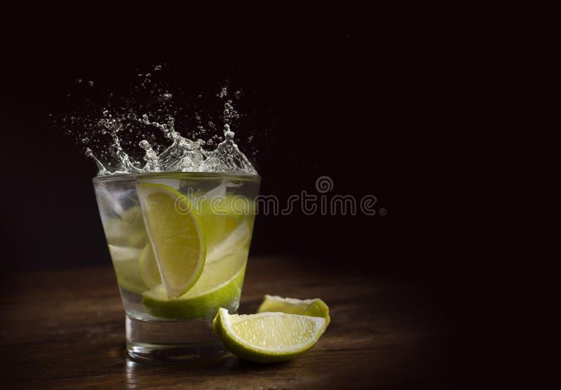 Το διάσημο βραζιλιάνο ποτό με το λεμόνι, τα σάκχαρα και το οινόπνευμα στοκ φωτογραφίες