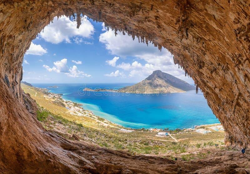 """Το διάσημο """"Grande Grotta """", ένας από τους δημοφιλέστερους τομείς αναρρίχησης του νησιού Kalymnos, Ελλάδα Στο υπόβαθρο στοκ εικόνα με δικαίωμα ελεύθερης χρήσης"""