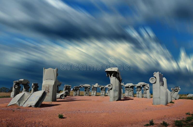 Το διάσημο carhenge σε έναν τομέα στη συμμαχία, Νεμπράσκα, ΗΠΑ στοκ φωτογραφία