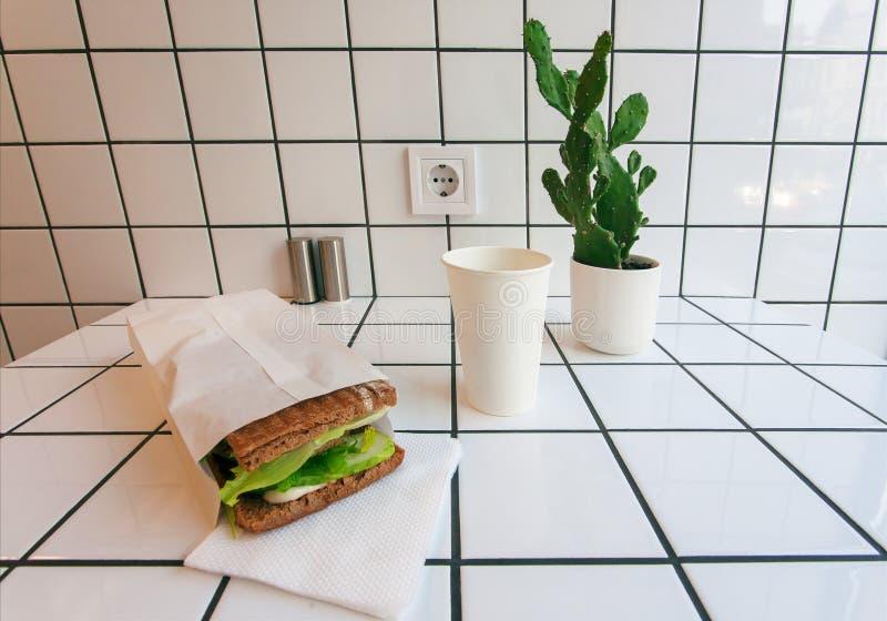Το διάστημα του καφέ hipster με την ηλεκτρική ενέργεια, ο άσπροι τοίχος κεραμιδιών και το γρήγορο γεύμα προγευματίζουν - καφές στ στοκ εικόνες