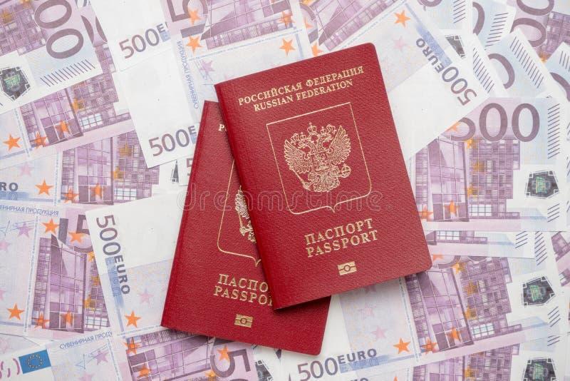 Το διαβατήριο είναι στα χρήματα, η επιγραφή στα ρωσικά στοκ εικόνες με δικαίωμα ελεύθερης χρήσης