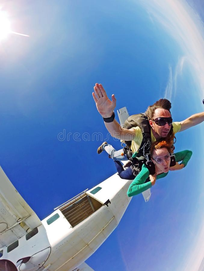 Το διαδοχικό ζεύγος ελεύθερων πτώσεων με αλεξίπτωτο πηδά έξω το αεροπλάνο στοκ εικόνες με δικαίωμα ελεύθερης χρήσης