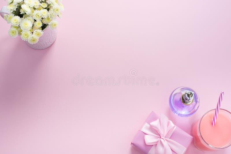 Το διακοσμητικό επίπεδο σύνθεσης βάζει το σύνολο τοπ διαστήματος αντιγράφων άποψης δώρων κοκτέιλ αρώματος λουλουδιών στοιχείων στοκ εικόνες με δικαίωμα ελεύθερης χρήσης
