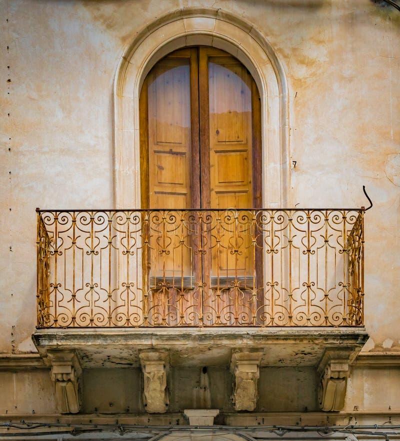 Το διακοσμητικό κιγκλίδωμα περιβάλλει την πόρτα σε Scicli, Σικελία, στοκ φωτογραφία με δικαίωμα ελεύθερης χρήσης
