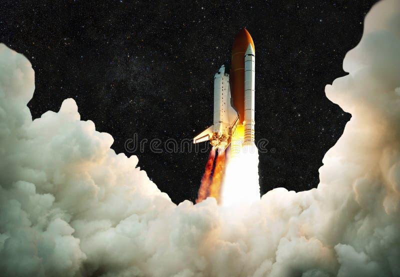 Το διαστημόπλοιο απογειώνεται στο διάστημα Μύγες πυραύλων σε ένα υπόβαθρο στοκ εικόνα