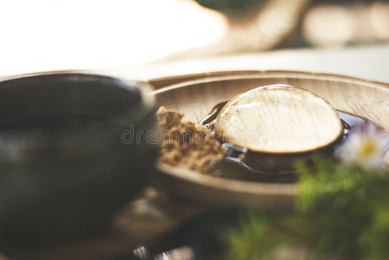 Το διαφανές επιδόρπιο, Mochi, είναι στο ξύλινο πιάτο, με τη γλυκιά σάλτσα και κάποια ζάχαρη στοκ φωτογραφίες με δικαίωμα ελεύθερης χρήσης