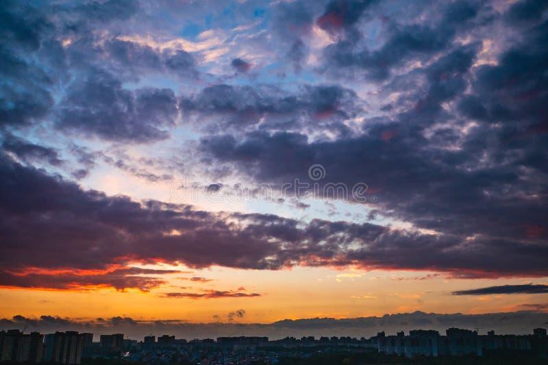 Το δραματικό ζωηρόχρωμο φθινόπωρο καλύπτει στον ουρανό πέρα από την πόλη στο ηλιοβασίλεμα, όμορφο πανόραμα τοπίων φύσης στοκ φωτογραφία με δικαίωμα ελεύθερης χρήσης