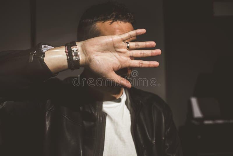 Το δραματικό πορτρέτο ενός τύπου κάλυψε τα μάτια του με ένα χέρι στοκ φωτογραφίες με δικαίωμα ελεύθερης χρήσης