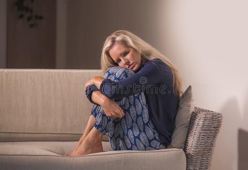 Το δραματικό πορτρέτο τρόπου ζωής του ελκυστικού και λυπημένου συναισθήματος γυναικών που ματαιώνεται και ο ανήσυχος καναπές κανα στοκ εικόνες
