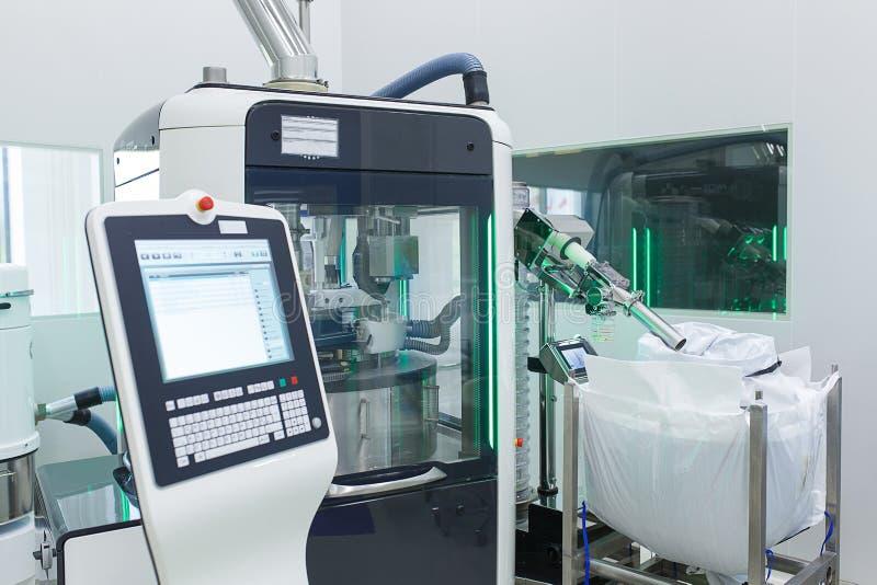 Το δωμάτιο στο εργαστήριο παραγωγής με μια ηλεκτρονική συσκευή για την κατασκευή και τη συσκευασία των ταμπλετών στοκ φωτογραφίες με δικαίωμα ελεύθερης χρήσης