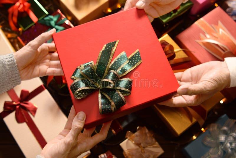 Το δόσιμο ανθρώπων παρουσιάζει στο ένα άλλο στα Χριστούγεννα και το νέο έτος στοκ φωτογραφία με δικαίωμα ελεύθερης χρήσης