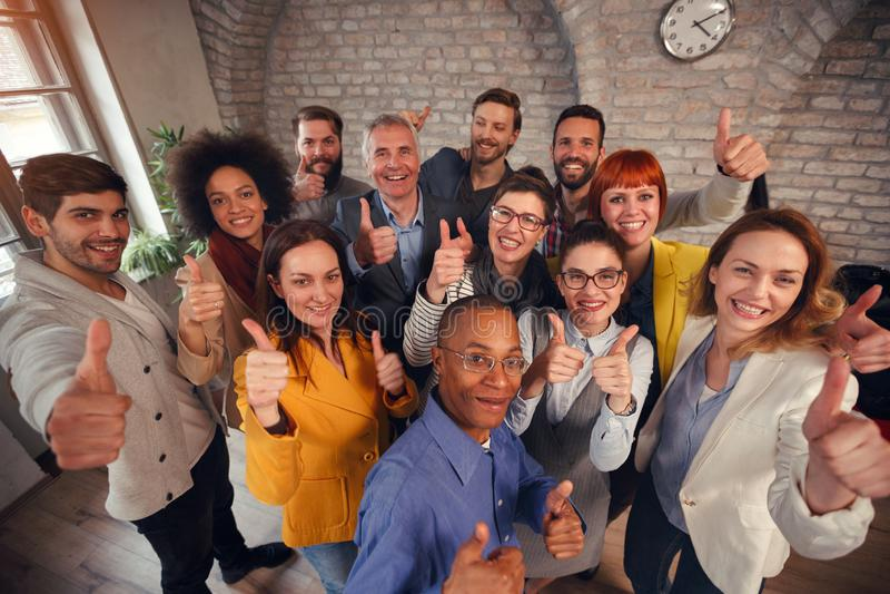 Το δόσιμο επιχειρησιακών ομάδων επιτυχίας φυλλομετρεί επάνω στοκ εικόνες με δικαίωμα ελεύθερης χρήσης