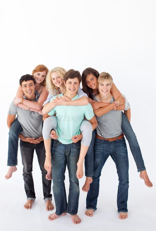 το δόσιμο φίλων οδηγά piggyback το στοκ φωτογραφία με δικαίωμα ελεύθερης χρήσης