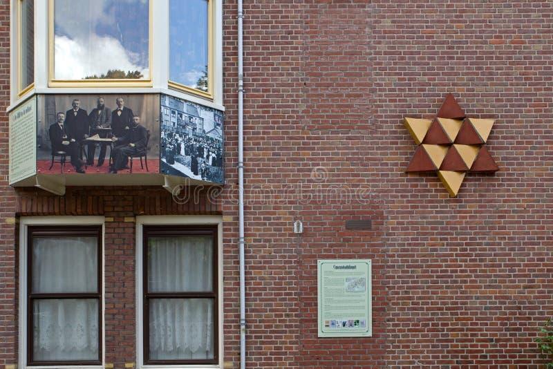 Το εβραϊκό μνημείο σχεδιάστηκε από Mieke Blits και προτείνει ένα δίχρωμο αστέρι του Δαυίδ για, αποτελείται από 12 ισόπλευρα τρίγω στοκ φωτογραφίες