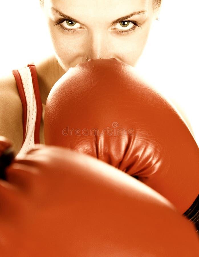 το εγκιβωτίζοντας κορίτσι φορά γάντια στο κόκκινο στοκ φωτογραφία με δικαίωμα ελεύθερης χρήσης