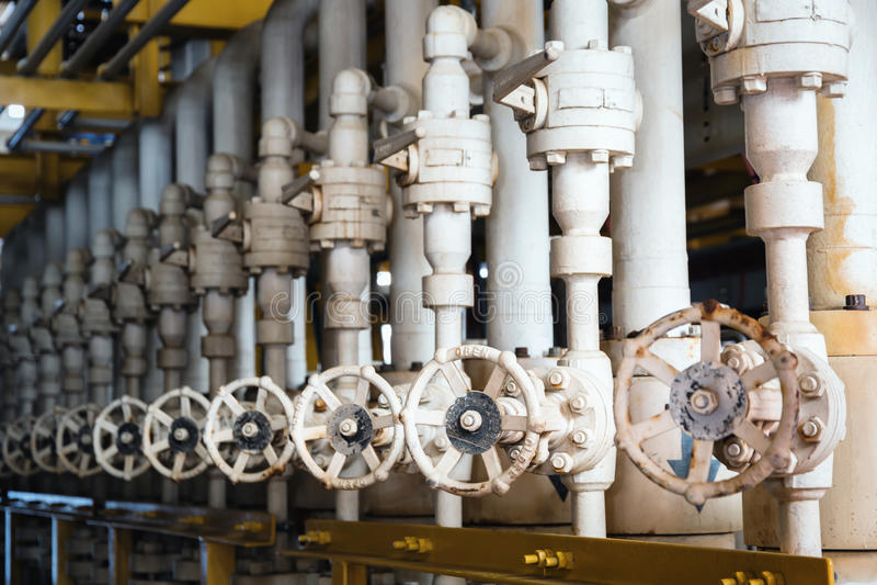 Το εγχειρίδιο ενεργοποιεί τη βαλβίδα σφαιρών στα παράκτια κεντρικά proces πετρελαίου και φυσικού αερίου στοκ φωτογραφία με δικαίωμα ελεύθερης χρήσης