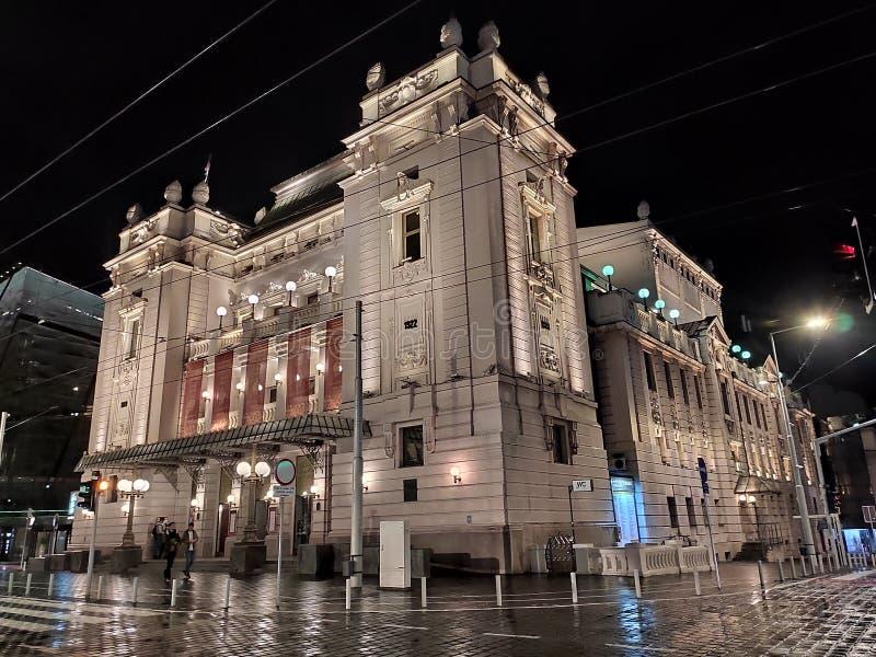 Το Εθνικό Θέατρο Βελιγραδίου Σερβίας εκφοβίζει την πλευρική θέα τη νύχτα στοκ φωτογραφίες
