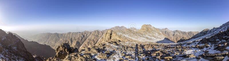 Το εθνικό πάρκο Toubkal, το μέγιστο μόριο 4,167m είναι το υψηλότερο στα βουνά και τη Βόρεια Αφρική ατλάντων στοκ εικόνες