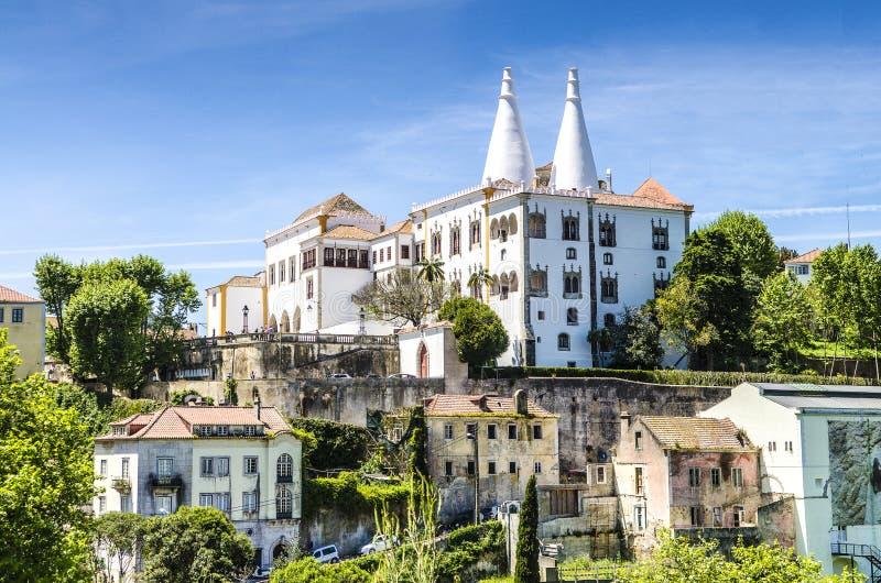 Το εθνικό παλάτι Sintra (Palacio Nacional de Sintra) επίσης κάλεσε το πόλης παλάτι με τις ευδιάκριτες καπνοδόχους στοκ εικόνα με δικαίωμα ελεύθερης χρήσης