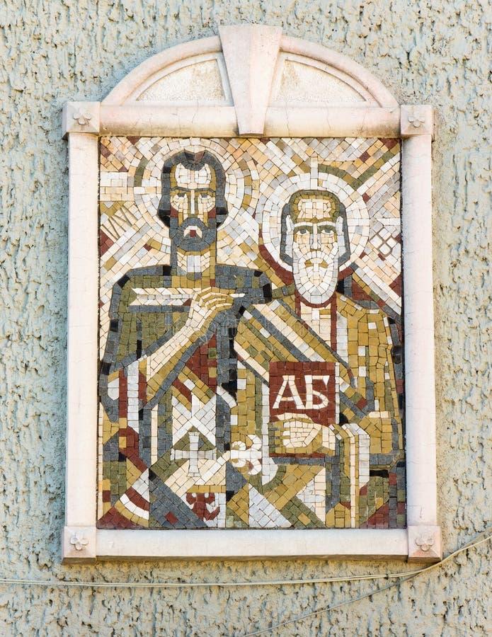 Το εικονίδιο μωσαϊκών του Cyril και Methodius στο επώνυμο σχολικό κτίριο σε Bourgas, Βουλγαρία στοκ φωτογραφίες
