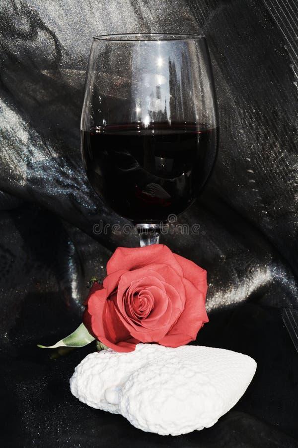 Το ειδύλλιο, αυξήθηκε και κόκκινο κρασί Η εικόνα αγάπης, κλείνει επάνω στοκ εικόνες με δικαίωμα ελεύθερης χρήσης