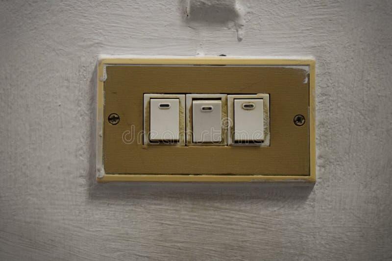 Το εκλεκτής ποιότητας ηλεκτρικό φως τρία ανάβει τον παλαιό τοίχο στοκ φωτογραφίες