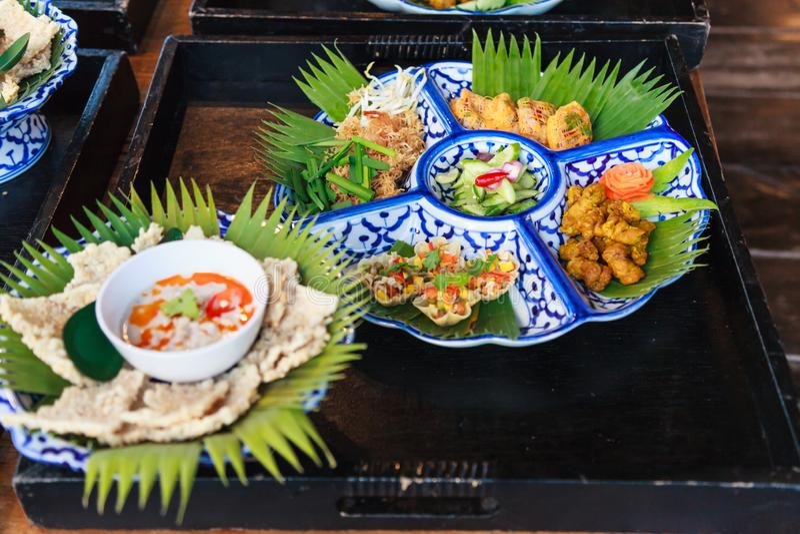 Το εκλεκτικό της Ταϊλάνδης τροφίμων νουντλς ρυζιού πιατελών παραδοσιακό ταϊλανδικό τριζάτο, Turmeric τηγάνισε το κοτόπουλο, κομμα στοκ φωτογραφία με δικαίωμα ελεύθερης χρήσης