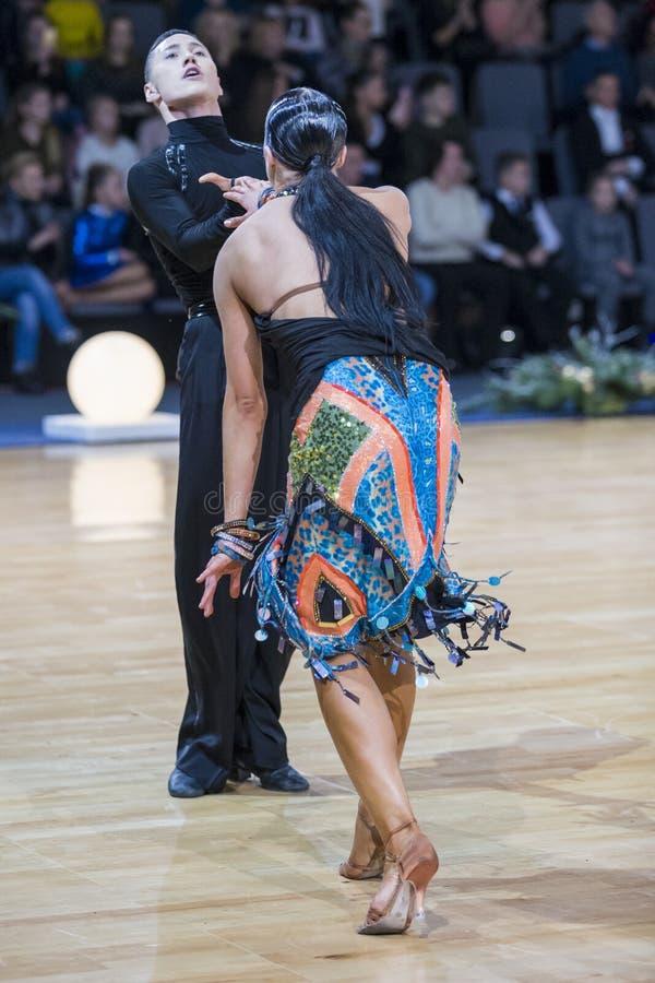 Το εκφραστικό ζεύγος χορού εκτελεί το λατινοαμερικάνικο πρόγραμμα νεολαίας στοκ εικόνα με δικαίωμα ελεύθερης χρήσης
