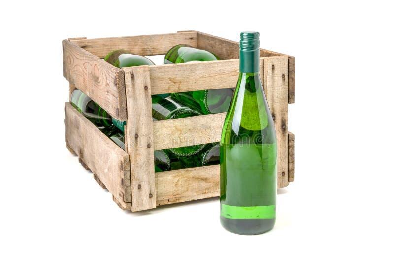 Το εκλεκτής ποιότητας ξύλινο κλουβί κρασιού γέμισε τα άσπρα μπουκάλια κρασιού στοκ εικόνες