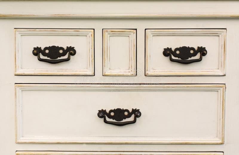Το εκλεκτής ποιότητας ξύλινο στήθος των συρταριών με το μαύρο μέταλλο χειρίζεται ανοικτό στοκ φωτογραφία με δικαίωμα ελεύθερης χρήσης