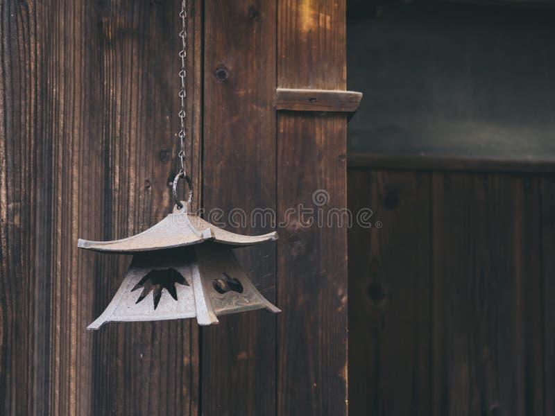 Το εκλεκτής ποιότητας φανάρι κρεμά με το ξύλινο υπόβαθρο Ιαπωνία παραδοσιακή στοκ εικόνες