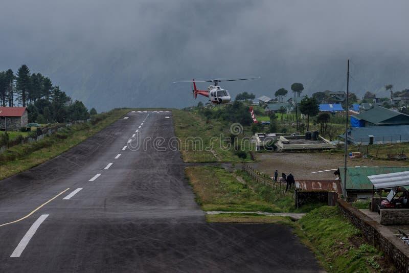 Το ελικόπτερο στο διάδρομο του tenzing-Χίλαρυ αερολιμένα Luk στοκ εικόνες