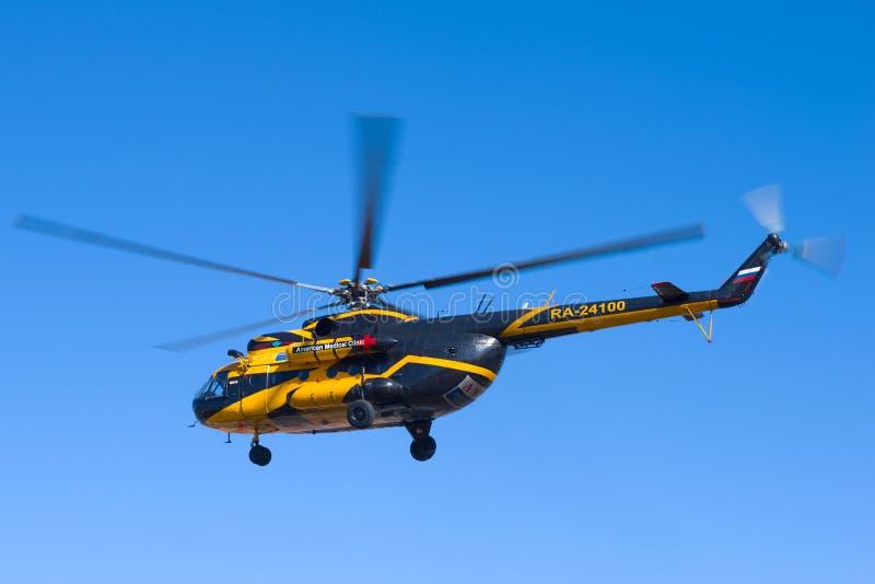 Το ελικόπτερο mi-8TV RA-24100 του AON Avia συμμαχίας αερογραμμών που πετά στο μπλε ουρανό στοκ εικόνες