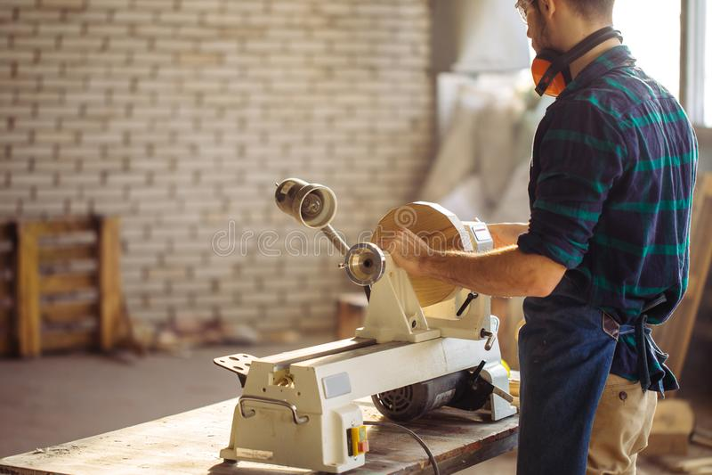 Το ελκυστικό άτομο αρχίζει την ξυλουργική στην ξυλουργική στοκ φωτογραφία με δικαίωμα ελεύθερης χρήσης