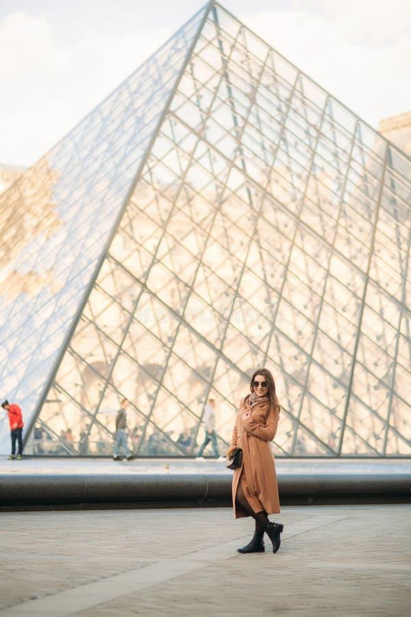 Το ελκυστικό κορίτσι ξοδεύει το χρόνο στην πόλη Όμορφο πρότυπο κοριτσιών στο Παρίσι στοκ εικόνα με δικαίωμα ελεύθερης χρήσης