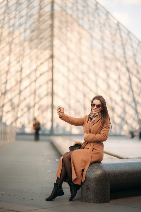 Το ελκυστικό κορίτσι ξοδεύει το χρόνο στην πόλη Όμορφο πρότυπο κοριτσιών στο Παρίσι στοκ φωτογραφία με δικαίωμα ελεύθερης χρήσης