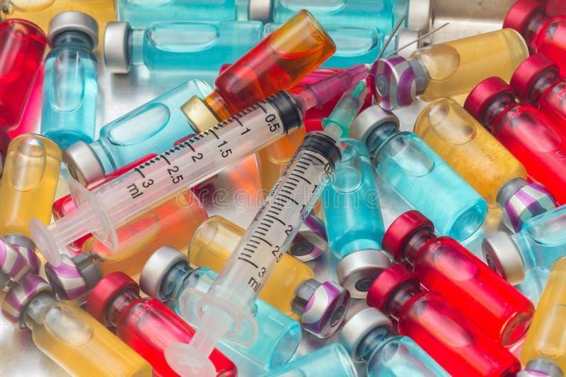 το εμβόλιο και μια υποδερμική σύριγγα στοκ φωτογραφία