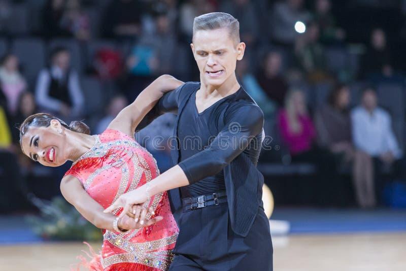 Το εμπαθές ζεύγος χορού εκτελεί το λατινοαμερικάνικο πρόγραμμα νεολαίας στοκ εικόνες