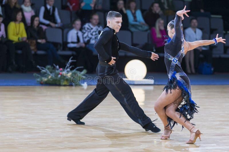 Το εμπαθές ζεύγος χορού εκτελεί το λατινοαμερικάνικο πρόγραμμα νεολαίας στοκ φωτογραφίες με δικαίωμα ελεύθερης χρήσης