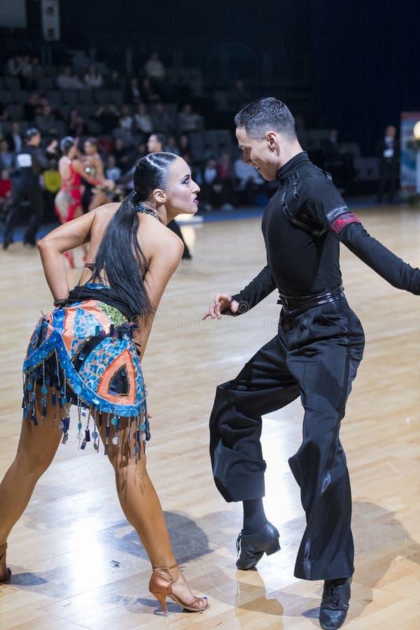 Το εμπαθές προκλητικό δελεαστικό ρομαντικό ζεύγος χορού εκτελεί το λατινοαμερικάνικο πρόγραμμα νεολαίας στοκ εικόνες