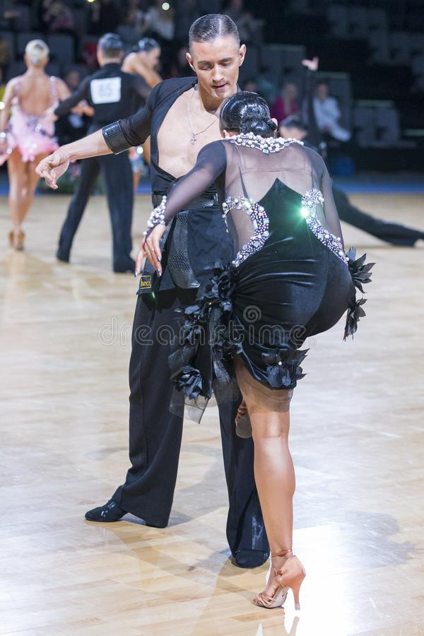Το εμπαθές προκλητικό δελεαστικό ρομαντικό ζεύγος χορού εκτελεί το λατινοαμερικάνικο πρόγραμμα νεολαίας στοκ φωτογραφίες