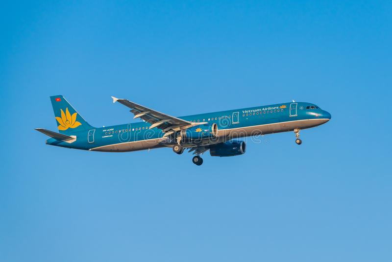Το εμπορικό αεροπλάνο κατεβαίνει για την προσγείωση, στοκ εικόνα