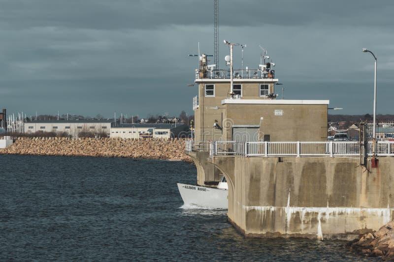 Το εμπορικό αλιευτικό σκάφος Alison αυξήθηκε διερχόμενος εμπόδιο τυφώνα στοκ εικόνες με δικαίωμα ελεύθερης χρήσης