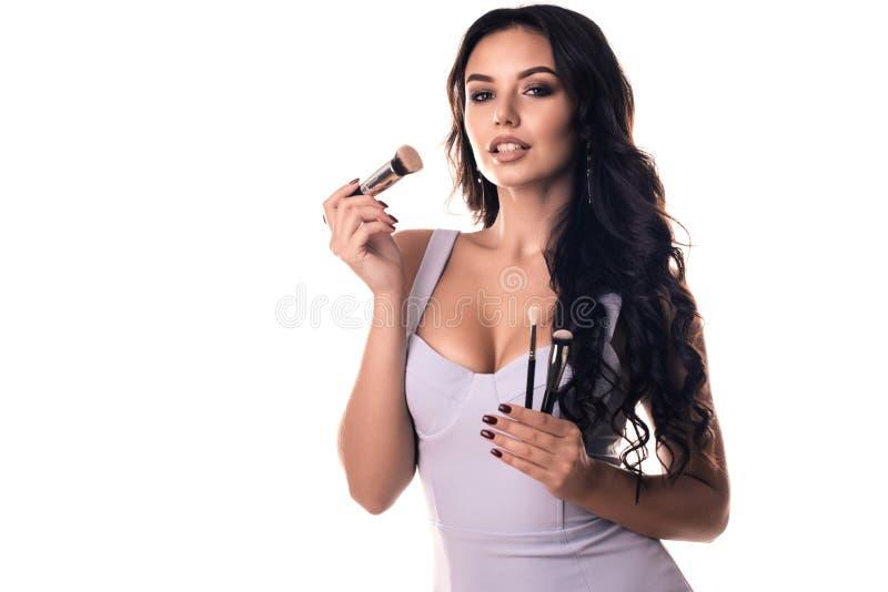 το ενήλικο ελκυστικό πρόσωπο βουρτσών ανασκόπησης όμορφο girll κάνει κοντά πέρα από στο πορτρέτο που θέτει επάνω τη λευκή γυναίκα στοκ εικόνα